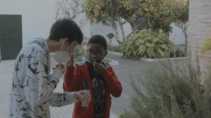 Dos de los 18 chicos que participan en el proyecto Luces de barrio trabajan en la elaboración del perfume, en Tres Barrios-Amate (Sevilla).