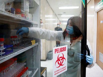 Una especialista del laboratorio de pruebas moleculares, en el Hospital Juárez de México.