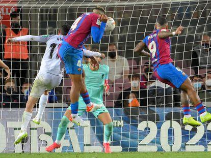 Gol del empate de Araujo, de cabeza, anoche ante el Granada.