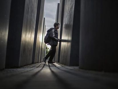 Un niño visita el monumento a los judíos europeos muertos, en Berlín.