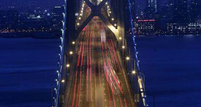 El San Francisco nocturno visto desde el puente Oakland Bay.