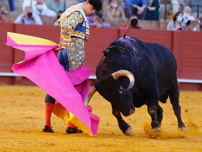 Daniel Luque dibuja una media verónica en su primer toro.