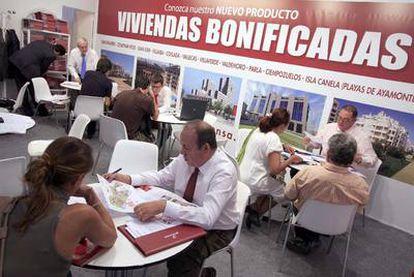 Vista de un puesto de venta en la última feria inmobiliaria Outlet Residencial, en Madrid.