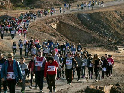 Cientos de personas recorren este domingo la distancia entre el instituto de Nerva (Huelva) en el que trabajaba Laura Luelmo y el lugar de El Campillo en el que fue hallado su cadáver.
