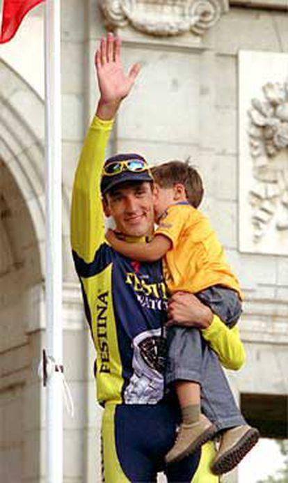 Ángel Casero, con su hijo, Álvaro, tras su triunfo en la Vuelta.