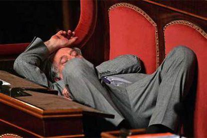 Así aparecía un senador en un descanso de la tercera ronda de votaciones para elegir presidente de la Cámara Alta.