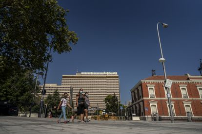 Varios viandantes pasan frente a las instalaciones del Hospital Gómez Ulla, en Madrid.