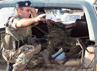 Un militar libanés asiste a un soldado español de la FINUL herido después de la explosión en el sur de Líbano.