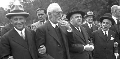 De izquierda a derecha. El ministro de Trabajo, Largo Caballero, Unamuno y el titular de Hacienda, Indalecio Prieto, durante la manifestación del Primero de Mayo de 1931.