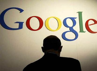 Un visitante observa el logotipo de Google en una feria de electrónica celebrada a principios de año en Las Vegas.