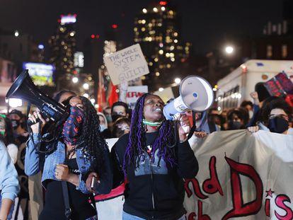 Un grupo de manifestantes en Brooklyn, Nueva York, tras el veredicto del 'caso George Floyd'.