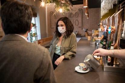 La candidata del PP a las elecciones autonómicas Isabel Díaz Ayuso en un restaurante de la calle García Paredes, de Madrid.