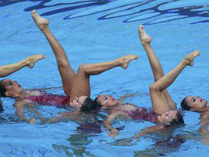 Las componentes del equipo español de natación sincronizada durante la prueba de rutina libre combinada, con la que han logrado la cuarta medalla de plata para España en el Campeonato de Europa de Natación que se celebra en Budapest (Hungría).