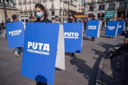 Voluntarios de Médicos del Mundo denuncian el estigma que sufren las prostitutas en una campaña de la ONG en la Puerta del Sol, en Madrid, el 23 de septiembre.