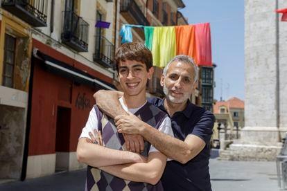 Álex Román, estudiante de diseño y joven no binario (19 años), con su padre, Alonso Román, en Valladolid.