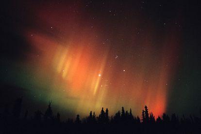 El Sol expulsa un torrente de protones y electrones de alta energía que incide en la atmósfera cerca de los polos, donde chocan con los átomos de oxígeno y nitrógeno del aire, emitiendo luz: son las auroras, australes o boreales, como la mostrada en la imagen obtenida en la región del Yukón, en el Ártico canadiense.