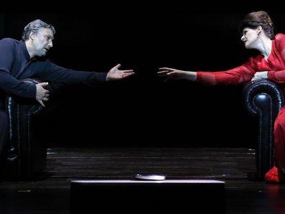 Jonas Kaufmann y Anja Harteros en pleno dúo del segundo acto de la nueva producción de 'Tristán e Isolda' estrenada en la Ópera Nacional de Baviera.