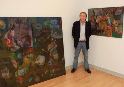 El artista Fernando Biderbost junto a dos de los lienzos de la muestra en la galería Arteztu de San Sebastián.