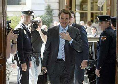 Zapatero, a su llegada al Congreso, donde compareció a petición propia para explicar su decisión de retirar las tropas españolas en Irak.