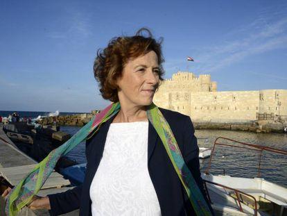 Julia Navarro en Alejandría junto al fuerte Quaitbey, antiguo emplazamiento del faro.