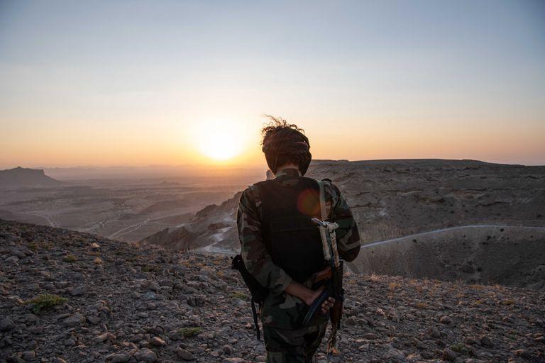 Un soldado del Ejército regular yemení en el desierto de Shabwa, a mediados de noviembre