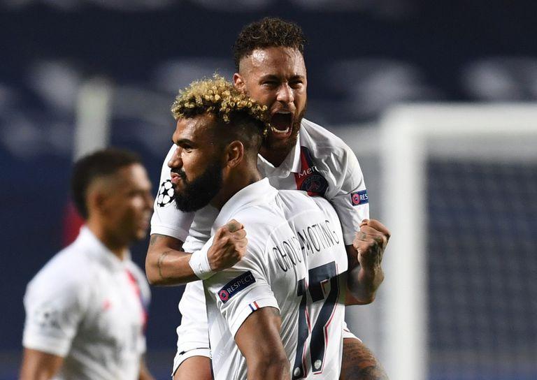 Neymar abraza a Choupo tras la victoria contra el Atalanta.