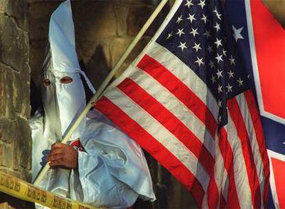 Un miembro del Ku Klux Klan, en una concentración extremista celebrada en Decatur, Illinois (EE UU).