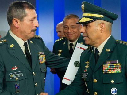 El general Nicacio Martínez (izquierda) saluda al general Eduardo Zapateiro (d) quien lo releva en la jefatura del Ejército.