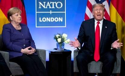 El presidente de EE UU, Donald Trump, en una reunión de la OTAN con la canciller alemana, Angela Merkel, el pasado diciembre en Watford, Inglaterra.