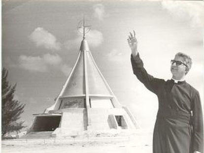 El obispo Agustín Román ante la Ermita de la Caridad de Miami.