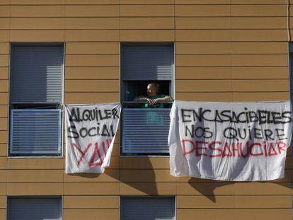 Pancartas contra la venta de casas del Ivima a Encasa Cibeles.