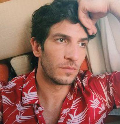El actor Quim Gutiérrez por tener perfecto, tiene hasta las cejas. Esta foto es de su Instagram.
