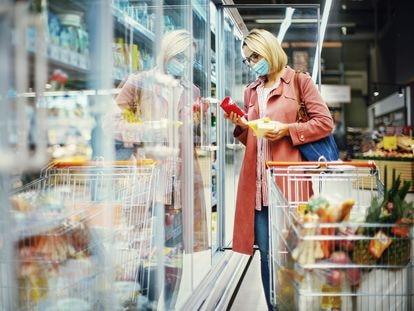 Los solteros que viven solos suelen comprar con más frecuencia y en menor cantidad.
