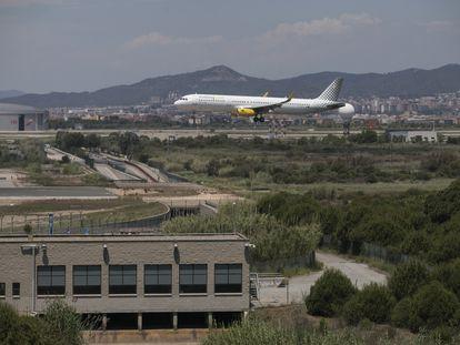 Un avión sobrevuela el límite del aeropuerto de El Prat con el espacio protegido de La Ricarda.