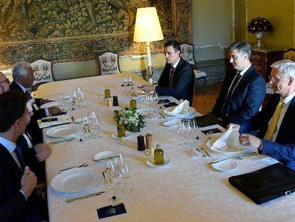 Desde la izquierda, en primer término el holandés Mark Rutte, el belga Charles Michel, el portugués António Costa, Pedro Sánchez, el croata  Andrej Plenkovic y el letón Arturs Karins, durante la cena informal de este viernes, en Bruselas.