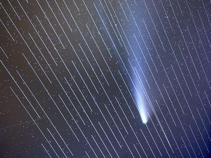 El cometa Neowise con los satélites de Starlink interfiriendo en la imagen.