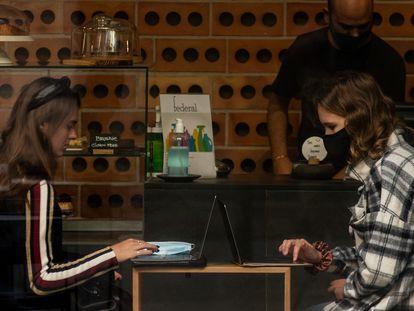 Dos mujeres en un restaurante de la Barceloneta, en Barcelona.