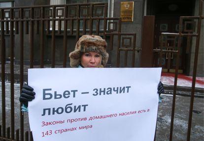 La abogada Aliona Popova en una protesta contra la despenalización de la violencia doméstica, en 2017 en Moscú.