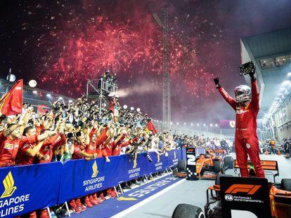 Vettel celebra su triunfo en Singapur.