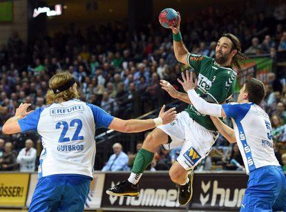 Balic se eleva sobre dos rivales en un partido del HSG Wetzlar.