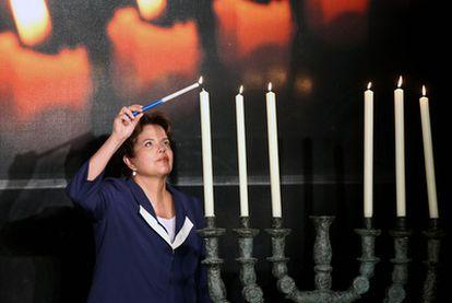 Rousseff enciende un candelabro judío el jueves en Porto Alegre.