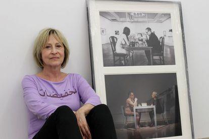La croata Saja Ivekovic, con una de las obras que se exponen en la galería Visor de Valencia.