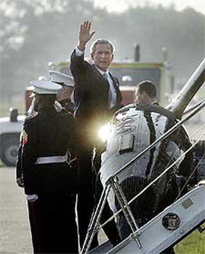 George W. Bush saluda antes de dirigirse a la base aérea de Andrews para volar hacia Polonia.