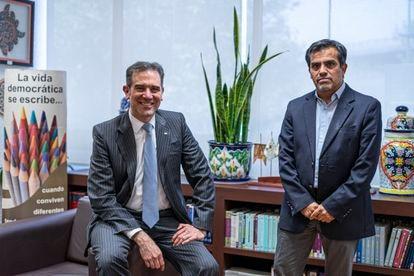 Lorenzo Córdova y Ernesto Núñez, en las oficinas del INE.