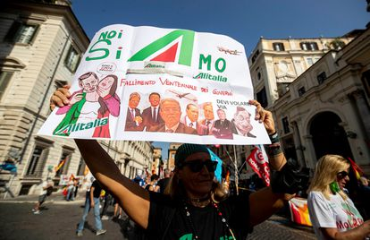 Alitalia workers protests about the company's new hires on September 28.