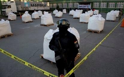 Un agente de la policía antinarcóticos custodia un cargamento de cocaína incautado en La Paz, Bolivia, en agosto de 2016.