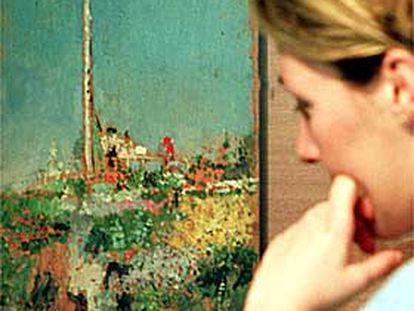 Una mujer, ayer en la exposición, observa la obra de Pinazo titulada <i>Cazando mariposas</i>.