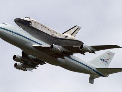 La nave espacial 'Discovery' sobrevuela Washington a bordo de un 'Boeing 747'.