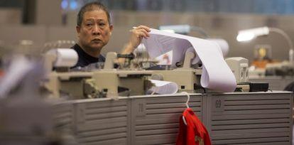 Un agente de bolsa trabaja en una correduría en Hong Kong (China).
