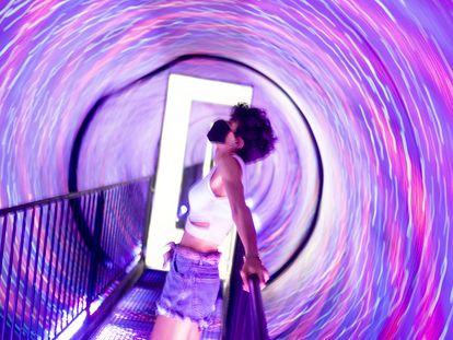 Una joven en el recién estrenado Museo de las Ilusiones de Madrid.